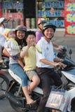 Glückliche vietnamesische Familie auf Motorrad lizenzfreie stockfotografie