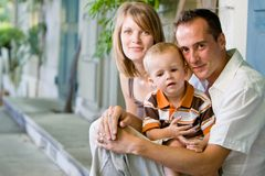 Glückliche vollkommene junge Familie Stockfotos
