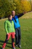 Glückliche Wandererpaare genießen schöne Landschaft Stockfotos
