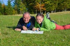 Glückliche Wandererpaare haben Spaß, wenn sie thei planen Lizenzfreies Stockfoto