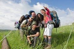 Glückliche wandernde Gruppe Stockfotografie