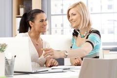 Glückliche weibliche Büroangestellte, die eine Sitzung haben Lizenzfreies Stockfoto
