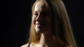 Glückliche weibliche Frau, die herzlichst über den guten Witz, überzeugt hinsichtlich der Schönheit lacht stock footage