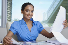 Glückliche weibliche Immobilienmakler-Looking At Building-Modelle Stockfoto