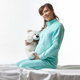 Glückliche werdende Mutter in der zufälligen Kleidung mit Spielzeug Stockbilder