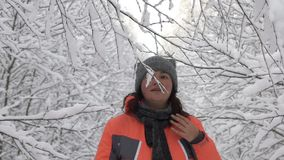 Glückliche Wintertagesfrau, die im Wald weißer schneebedeckter Waldrührende Niederlassung von Bäumen, Schnee fällt von ihnen geht stock footage