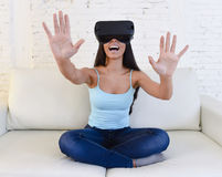 Glückliche Wohnzimmer-Sofacouch der Frau zu Hause aufgeregt unter Verwendung des gogg 3d Lizenzfreie Stockfotos