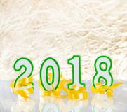 Glückliche 2018 Zahlen des neuen Jahres plus Parteibänder auf Glastisch wi Lizenzfreies Stockfoto