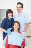 Glückliche Zahnarztfrau, -assistent und -patient Lizenzfreies Stockfoto