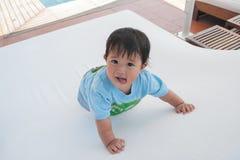 Glückliche Zeit auf Poolbett dazu auf dem tropischen Erholungsort, der PO schwimmt Lizenzfreies Stockfoto