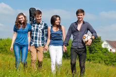 Glückliche Zeit: Gruppe junge Leute draußen Lizenzfreies Stockfoto
