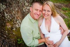 Glückliche zukünftige Eltern lizenzfreies stockfoto