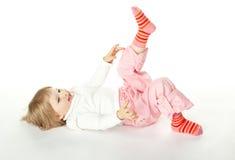 Glückliche zwei Jahre alte Mädchen, die Spaß haben Lizenzfreie Stockfotografie