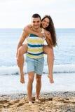 Glückliche zwei romantisches Datum am sandigen Strand habend Stockbilder