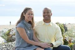 Glückliche zwischen verschiedenen Rassen Paare stockfotos
