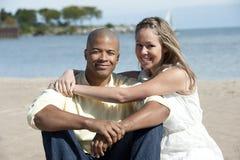 Glückliche zwischen verschiedenen Rassen Paare lizenzfreie stockfotografie
