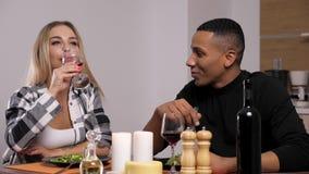 Glückliche zwischen verschiedenen Rassen Paare, die Kerzenlicht zu Abend essen stock video footage