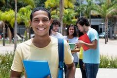 Glücklicher ägyptischer Stipendiumstudent mit Gruppe internationalen s lizenzfreies stockbild