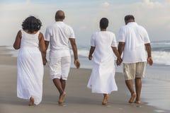Glücklicher älterer Afroamerikaner verbindet Mann-Frauen auf Strand stockfoto
