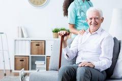 Glücklicher älterer behinderter Mann und Pflegekraft Lizenzfreie Stockfotos