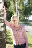 Glücklicher älterer Frau Active in der Natur Lizenzfreie Stockfotografie