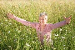 Glücklicher älterer Frau Active in der Natur Lizenzfreie Stockfotos