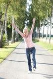 Glücklicher älterer Frau Active in der Natur Stockfotos