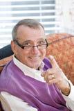 Glücklicher älterer Mann, der Finger auf Kamera zeigt Lizenzfreie Stockfotografie