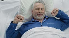 Glücklicher älterer Mann, der zu Hause in der guten Laune nach netter ruhiger Nacht aufwacht Stockfoto