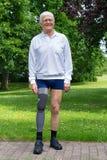 Glücklicher älterer Mann mit dem falschen Bein Stockfotografie