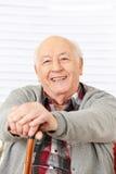 Glücklicher älterer Mann mit Stock Lizenzfreies Stockfoto