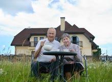 Glücklicher älterer Mann und Frau Stockfoto