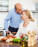 Glücklicher älterer Mann und reife Frau, die Aufgaben tut Stockbilder