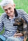 Glücklicher Älterer mit seinem besten Kumpel Stockfotografie