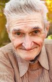 Glücklicher älterer ruhiger Mann draußen lizenzfreies stockbild