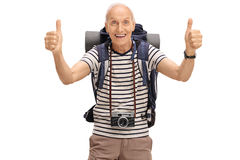Glücklicher älterer Wanderer, der zwei Daumen aufgibt Lizenzfreies Stockfoto