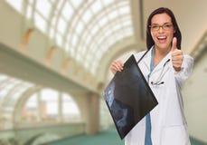 Glücklicher Ärztin-oder Krankenschwester-Holding-Röntgenstrahl innerhalb des Krankenhauses lizenzfreie stockbilder