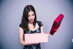 Glücklicher überraschter Frauenöffnung Geschenkkasten Stockfoto