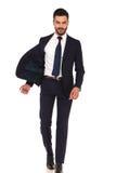 Glücklicher überzeugter Geschäftsmann, der mit offener Jacke des Fliegens geht Stockfotos