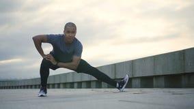 Glücklicher adul Afroamerikaner schön und Berufssportler, der Übung und Tätigkeit für seine Gesundheit in der Stadt tut stock footage