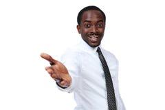 Glücklicher afrikanischer Mann nimmt seine Hand heraus Stockfoto