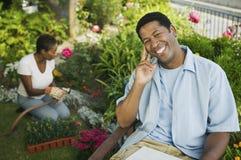 Glücklicher Afroamerikaner-Mann im Garten Lizenzfreie Stockfotos