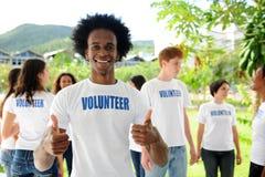 Glücklicher Afroamerikanerfreiwilliger Lizenzfreie Stockbilder