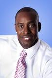 Glücklicher AfroamerikanerGeschäftsmann Stockfoto