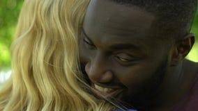 Glücklicher Afroamerikanermann, der oben seine recht blonde Freundin, Abschluss umarmt stock video footage