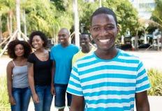 Glücklicher Afroamerikanermann mit Gruppe von Personen von Afrika stockbild