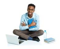 Glücklicher AfroamerikanerStudent mit Laptop, Büchern und BO Lizenzfreie Stockfotos