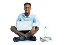 Glücklicher AfroamerikanerStudent mit Laptop, Büchern und BO Stockfotografie