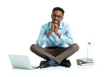 Glücklicher AfroamerikanerStudent mit Laptop, Büchern und BO Stockfoto
