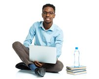Glücklicher AfroamerikanerStudent mit Laptop, Büchern und BO Lizenzfreie Stockfotografie